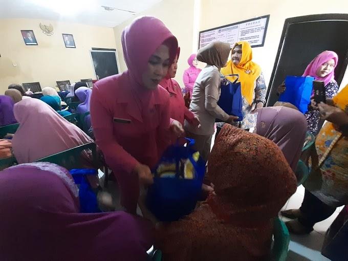 Kunker ke Polsek Candi, Ketua Bhayangkari Kota Sidoarjo Bagikan Sembako untuk Warga