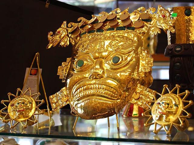 mascara em formato de macaco feita de ouro vermelho