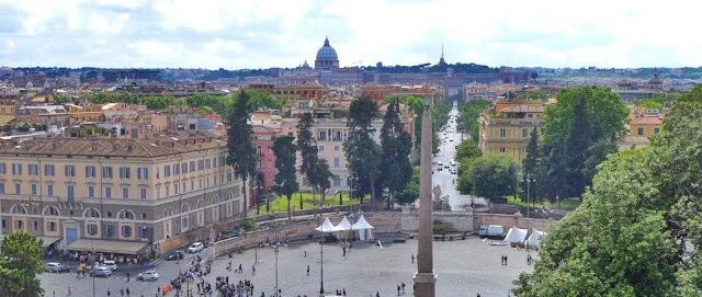 Vistas sobre la Piazza del Popolo y San Pedro al fondo desde el mirador en la colina del Pincio en Roma