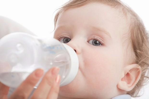 बोतल से लगातार दूध पिलाने से बच्चे के गले में सूजन आ जाती है।