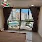 Rèm vải màu đậm cản nắng tốt chuyên dụng cho cửa kính,kết hợp kiểu âm trần thạch cao gọn gàng sang trọng.