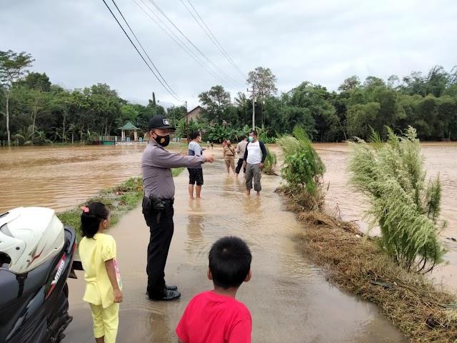 Polisi Pantau Langsung Kondisi Banjir Yang Merendam Areal Persawahan