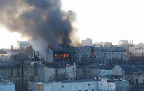 У центрі Одеси велика пожежа, є постраждалі