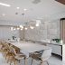 Sala de jantar contemporânea com cores claras, mesa 10 cadeiras e parede em 3D!