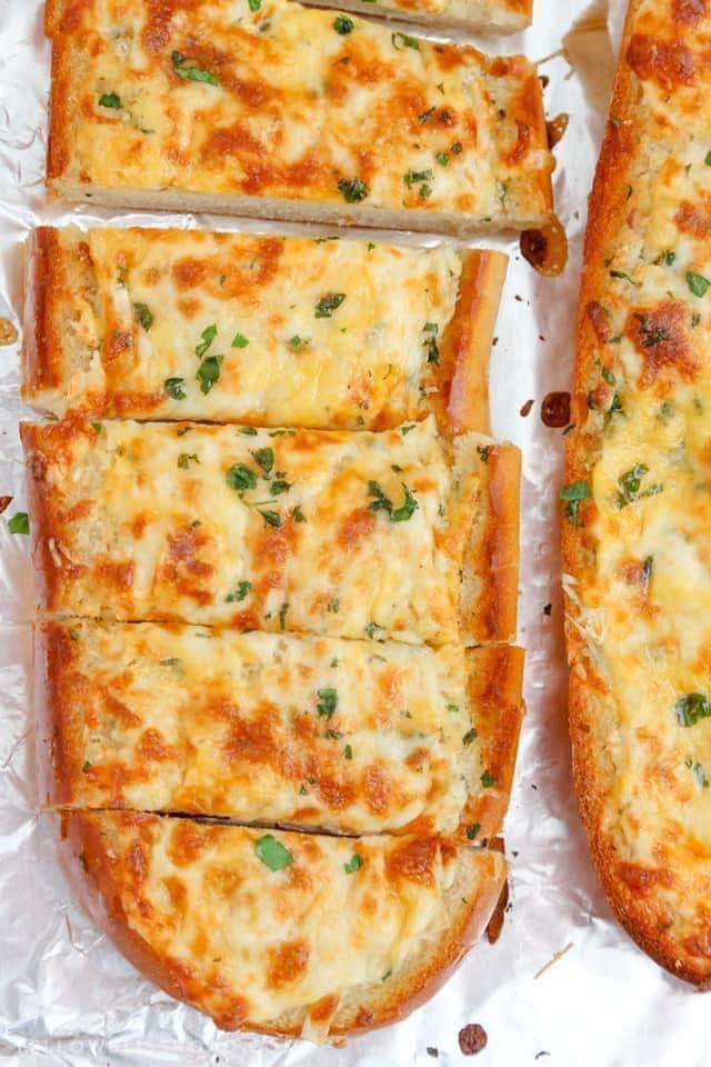 خبز بالجبنة والثوم