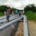 Carga de postes cai de carreta no meio da rodovia BA 131
