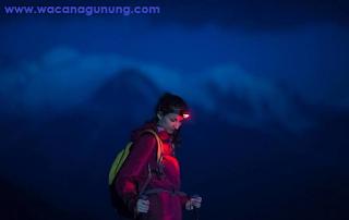 Headlamp untuk mendaki gunung