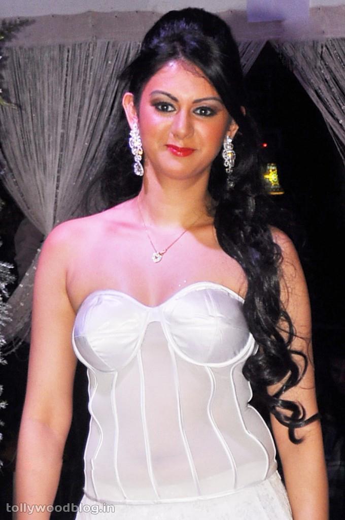 Kamna Jethmalani sizzling hot ramp walk show
