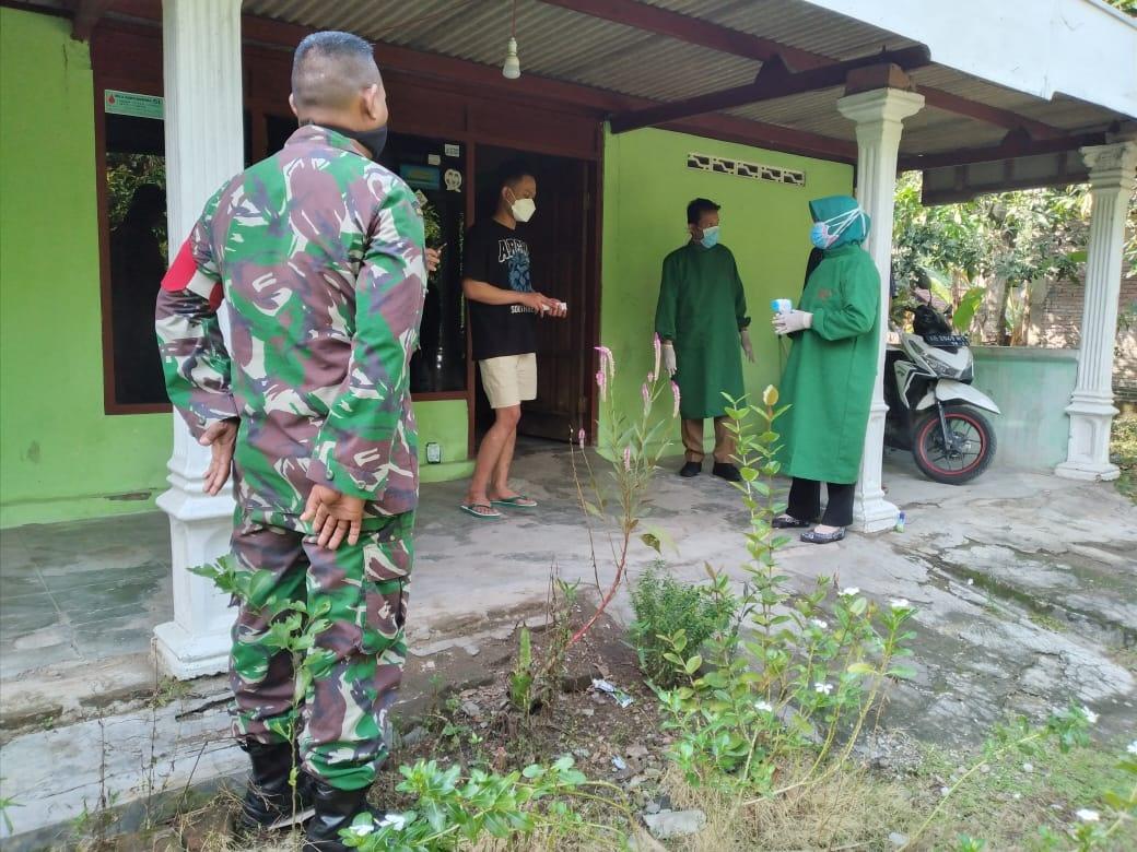 Babinsa Koramil 04/Padas Dampingi Petugas Kesehatan Cek Kesehatan TKI Yang Baru Datang Dari luar Negeri