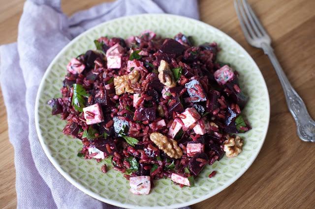 Ryżowa sałatka z burakami, serem pleśniowym, żurawiną i orzechami