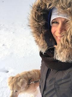 Nainen, koira, lenkillä, pakkanen, talvi, hymy, ulkoilu