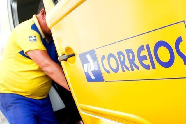 Carro dos Correios e Entregador. Foto - Agência Brasil