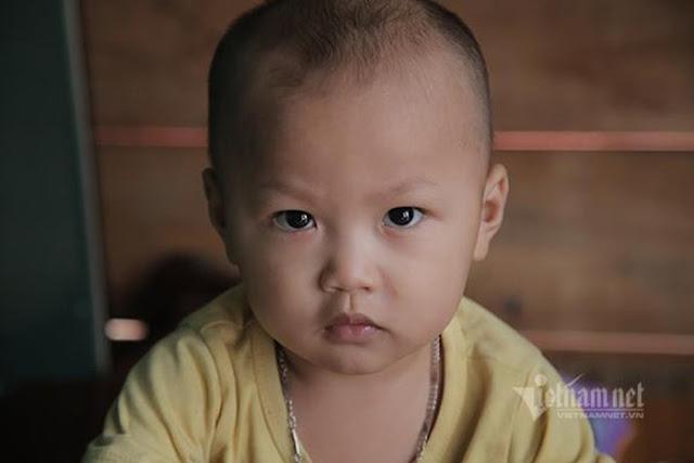 Ánh mắt buồn của đứa trẻ mới lên 2