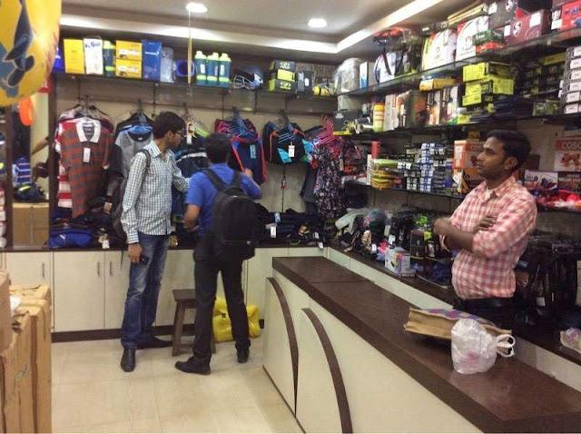 लखनऊ के शोरूम मालिक ने गारमेंट और जूते का सारा सामान ईदी में गरीबों को बांटा