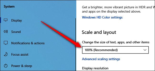 """بعد ذلك ، قد نرغب في ضبط مقياس الشاشة الخارجية (حجم النص والرموز) بالإضافة إلى الدقة. للقيام بذلك ، انقر على رمز الشاشة 2 في الجزء العلوي من الإعدادات> النظام> العرض ، ثم مرر لأسفل إلى """"مقياس وتخطيط"""".  Windows 10 جيد جدًا في اختيار القياس والدقة الصحيحين ، ولكن إذا لم يبدوا بشكل صحيح ، فهذا هو المكان المناسب لتعديله. قد تحتاج أيضًا إلى تقليل دقة جهاز العرض الخارجي إذا كان أداء الكمبيوتر لا يعمل بشكل جيد."""