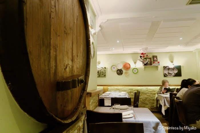El Pimiento Verde マドリードのバスク料理店のシードラ樽の壁飾りのある店内