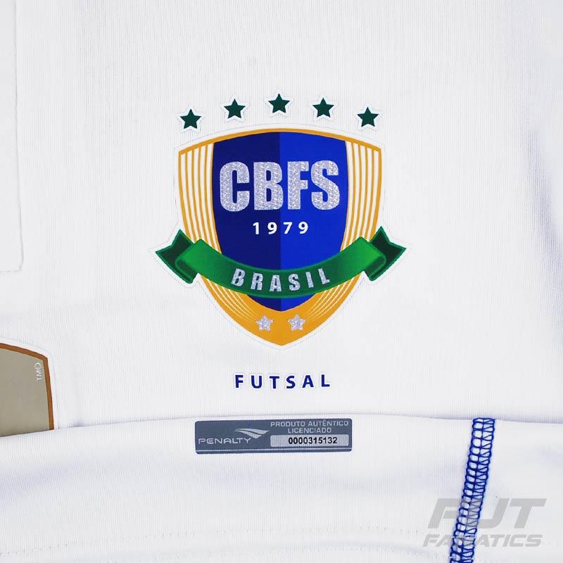 cb03c56a886fe O terceiro uniforme é novidade na cor branca tendo os punhos e as costuras  das laterais na cor azul.