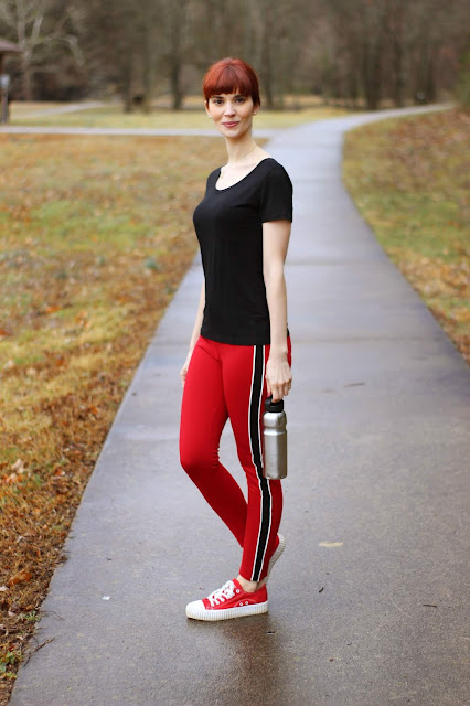 Vero Viva Solid Tee and Womens Sunview Contrast Stripe Golf Fitness Leggings