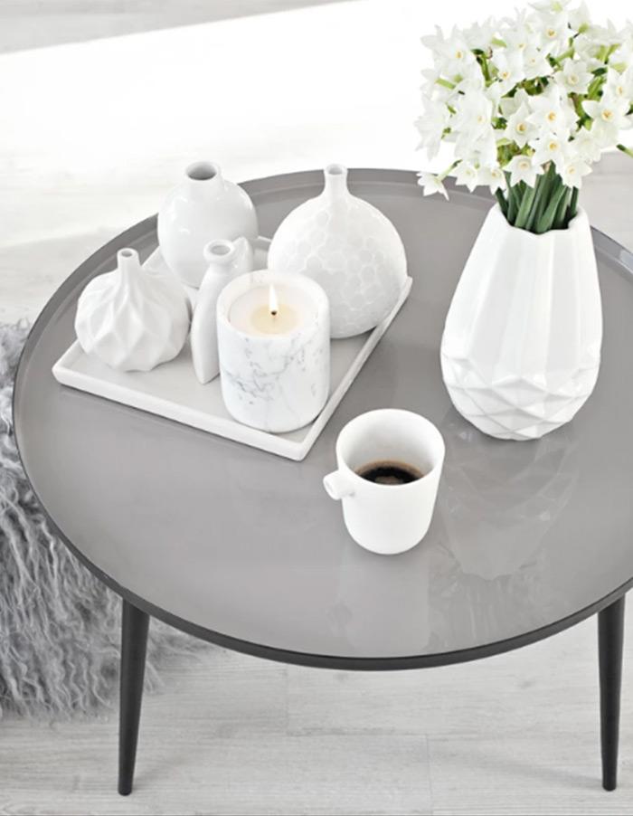 Decoração com velas: vela marmorizada na mesa de café. Fonte: hardtofind.com.au