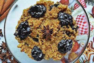 Wigilijna kasza jaglana z suszonymi śliwkami i korzenno-miodowym aromatem