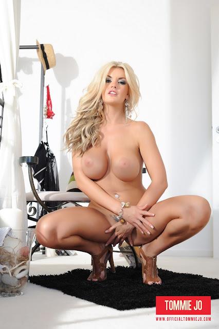 Tommie Jo hiding her pussy full naked
