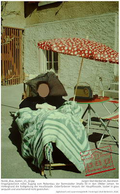 Bensheimer Häuser - damals und heute - Eingangsbereich nebst Zugang zum Nebenbau der Darmstädter Straße 50 in den 1960er Jahren. Im Hintergrund die Farbgebung der Hausfassade. Ockerfarbener Verputz der Hauptfassade, Sockel in grau verputzt und anscheinend nicht gestrichen.