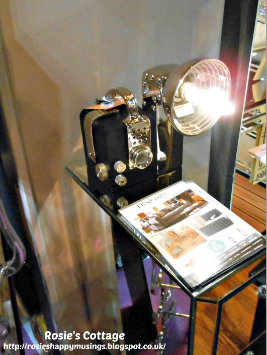 Lamp in the shape of a vintage camera