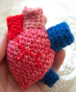 http://translate.google.es/translate?hl=es&sl=auto&tl=es&u=http%3A%2F%2Finferieuratrois.blogspot.com.es%2F2012%2F02%2Fcrochet-anatomical-heart-pattern-with.html