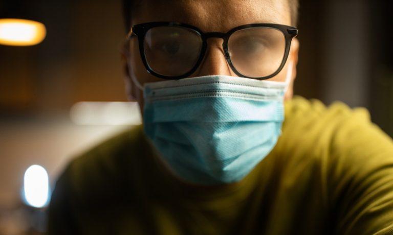 Πώς δεν θα θολώνουν τα γυαλιά σου όταν φοράς μάσκα