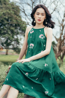 Hạ Vi mặc váy hoa cúc
