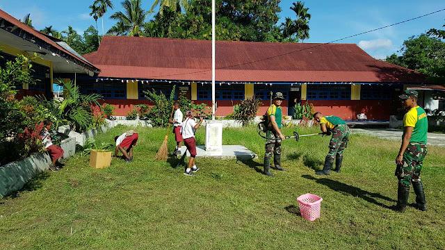 Tanamkan Budaya Bersih, Prajurit Kostrad Ajarkan  Siswa-Siswi SD Bersihkan Lingkungan Sekolah