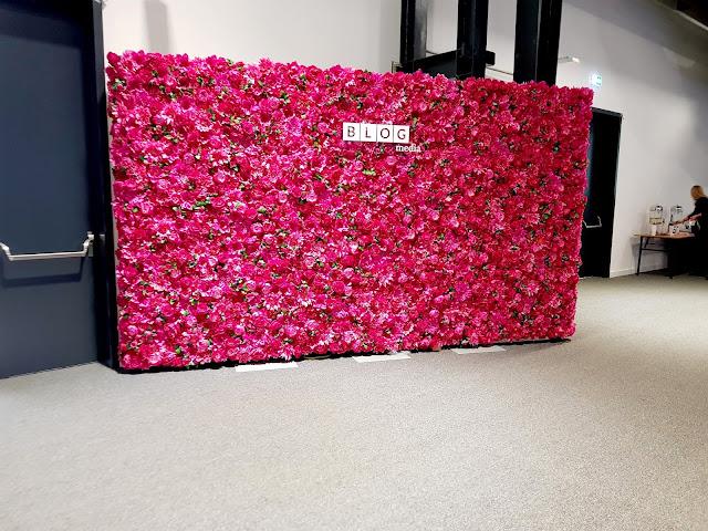 ścianka z kwiatami - konferencja