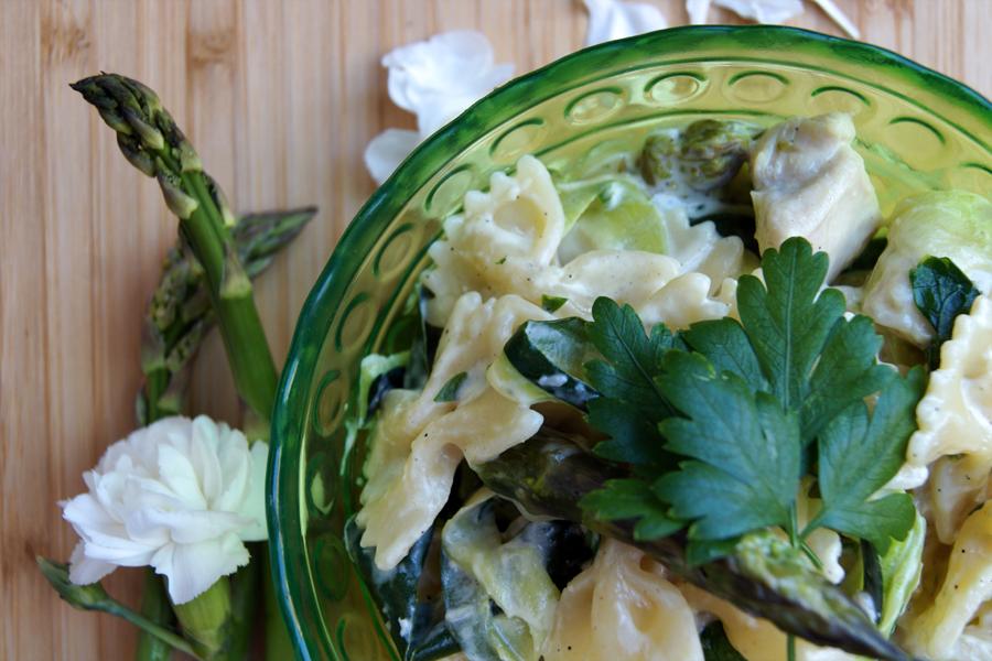 Makaron z cukinią, szparagami, kurczakiem i bardzo prostym sosem.