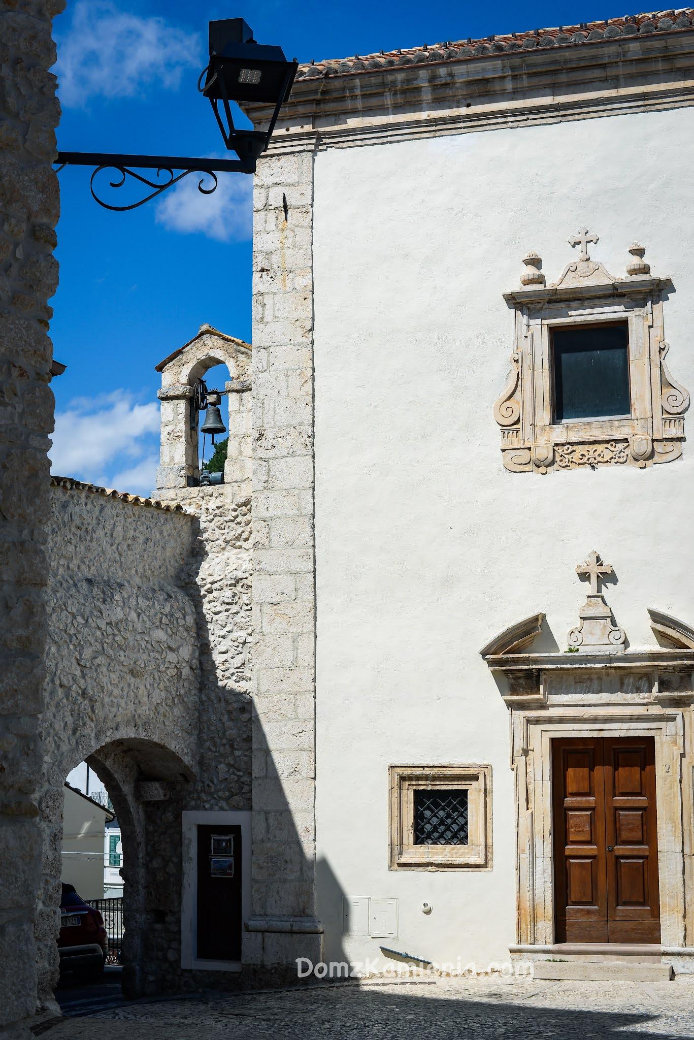 Abruzzo, Castel del Monte, Dom z Kamienia blog