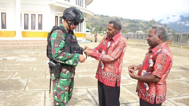 Danyonif Para Raider 305 Terima Tanda Kehormatan dari Bupati Lany Jaya Papua