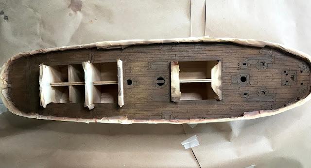 risultato sul legno del ponte della qship amati dopo il secondo lavaggio con wash naval dell'ak interactive