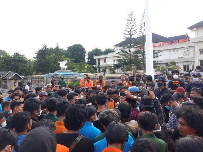 mahasiswa jambi minta sidang rakyat di gedung DPRD