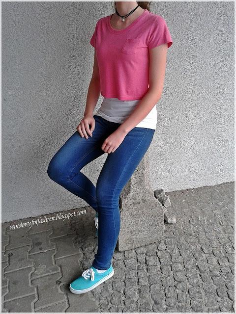 Biała i różowa bluzka, jegginsy z Pepco, turkusowe tenisówki, czarny choker z perłą