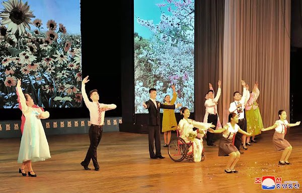 (2) DPRK Art troupe of disabled persons gives return performance