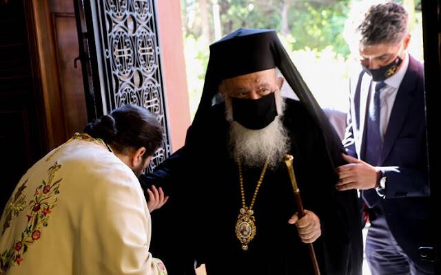 «Θα συμμετάσχουμε στις εκκλησιαστικές ακολουθίες με προσοχή και εφαρμογή των μέτρων, ώστε να περάσει και αυτή η δυσκολία και ελπίζουμε ότι μπαίνουμε σε ένα καινούργιο χρόνο που δεν θα έχει τόσα προβλήματα» είπε ο Αρχιεπίσκοπος Ιερώνυμος, μετά την ΚΥΑ που ορίζει από 9-25 άτομα στις εκκλησίες την περίοδο των εορτών.