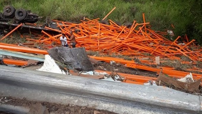 Carreta despenca de ribanceira de 15 metros no sul da Bahia