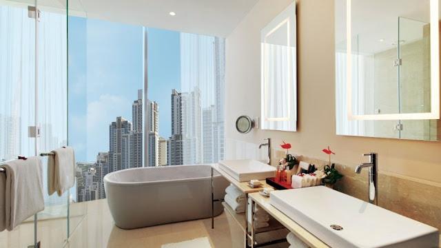 La característica más notable de los baños de visitas en el Oberoi en Dubái son las ventanas del piso a techo que muestran impresionantes vistas panorámicas del horizonte de la ciudad