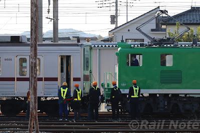 秩父鉄道デキ500形と連結する東武鉄道9000系9108F