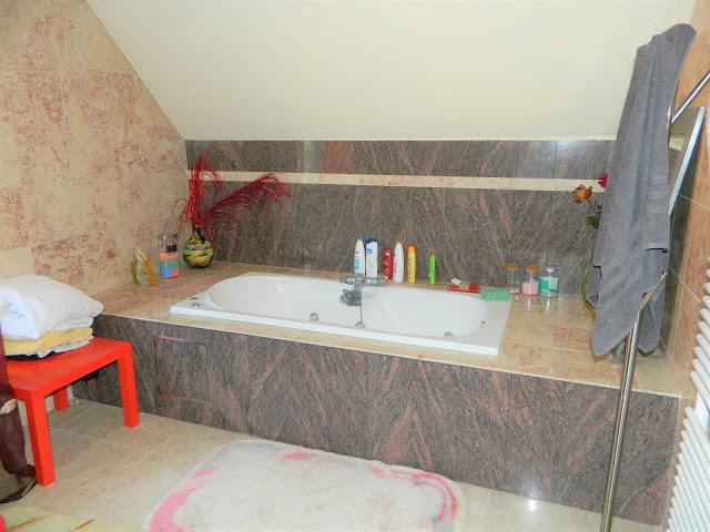 Luxueus afgewerkte badkamer in marmer.