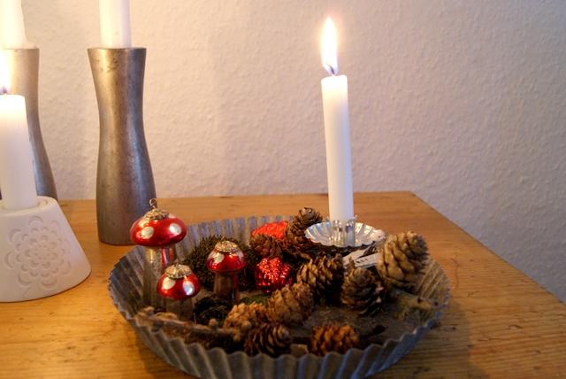 Blechteller weihnachtlich dekoriert mit Pilzen Zapfen Moos