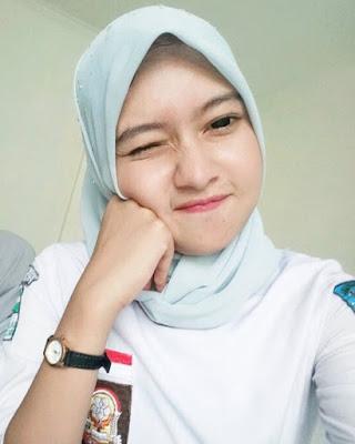 Siswi SMA  hijab manis