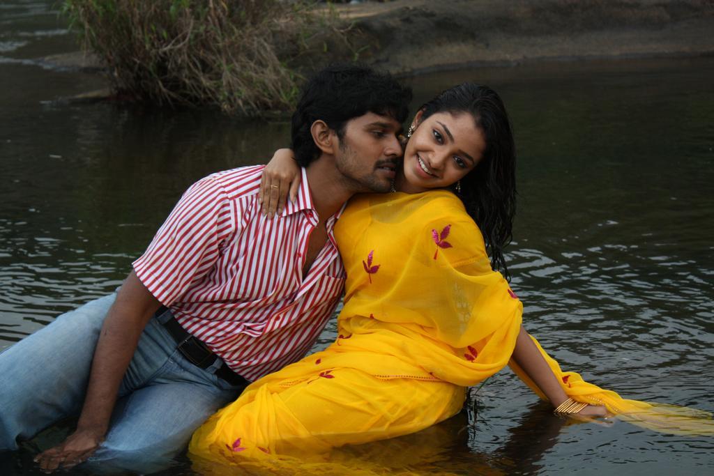 Celeb Saree ..: Tamil Actress Navel Kissing In Yellow