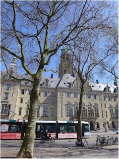 Ayuntamiento y tranvía en Rotterdam