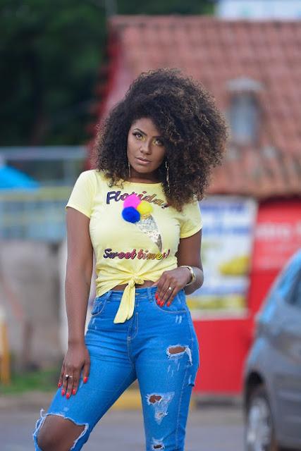 Camiseta de Pom Pom com Calça Jeans Cropped