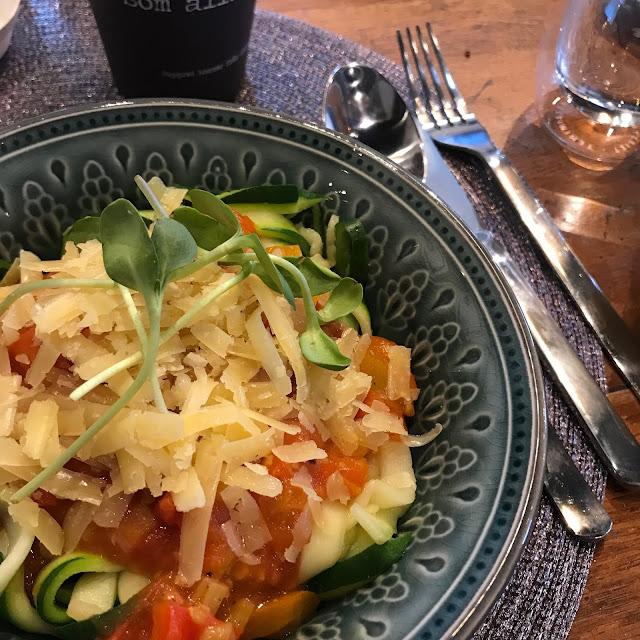 Zucchinipasta med tomatsås